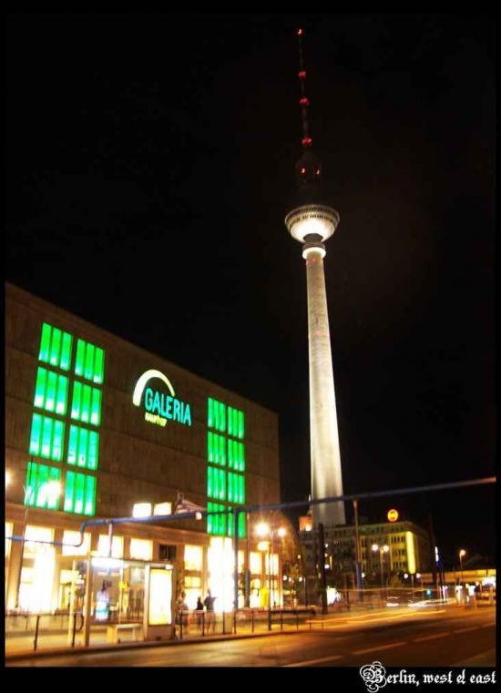 从东柏林的街道看柏林电视塔