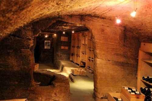 """盛满葡萄酒的橡木桶 这是一个酒窖里发现的较""""古老"""""""