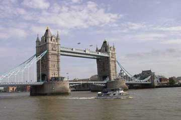 连接伦敦南北区的伦敦塔桥