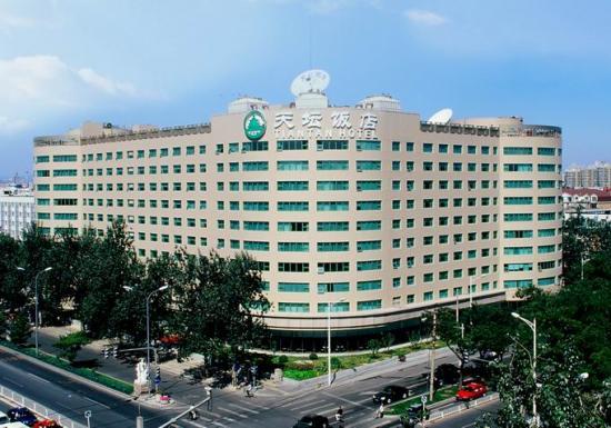 天坛饭店是2005年经中国华油集团公司投资改造后,正式挂牌的涉外四星级酒店,于6月26日正式营业。与国家体育总局隔路相望,地理位置非常优越,交通十分便利,步行天坛公园仅需10分钟。距天安门、红桥、潘家园旧货市场、琉璃厂、秀水市场等繁华旅游购物区举步之遥。 距北京首都机场40分钟车程,距北京火车站仅10分钟车程;豪华温馨的装修以及各项齐备的配套设施,加之周到、细致、体贴入微的个性化服务,使得天坛饭店成为各界商旅客人来京下榻的首选之地。无论您是旅游或是商务活动,天坛饭店的温馨与细致的服务,必让您难以忘怀。
