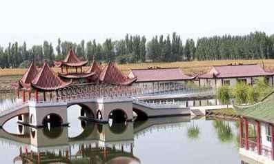 塔里木河修建而成,景区内有城堡,五亭桥,钓鱼岛,九龙池,休憩园,彩虹