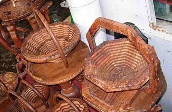 该果篮是用纯核桃木手工雕刻而成
